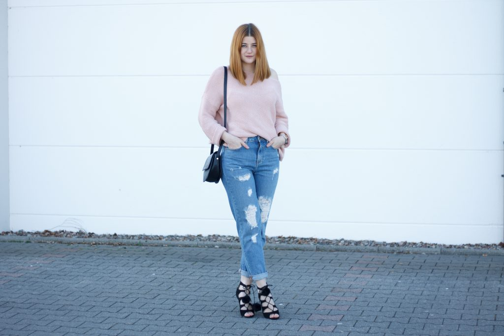 Jessika Fashion Outfit Post Asos Mom Jeans Ootd Pastel zara oversize jumper strappy heels pom poms-3