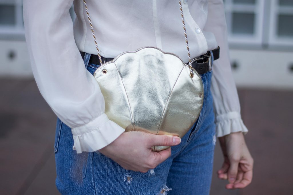 Jessika Fashion Outfit Post Style Blogger Germany Metallic Spring Look Zara Jeans Boyfriend Asos H&M Mermaid Seashell Bag Mom Jeans Granny Shoes Pumps Guess Lace-9