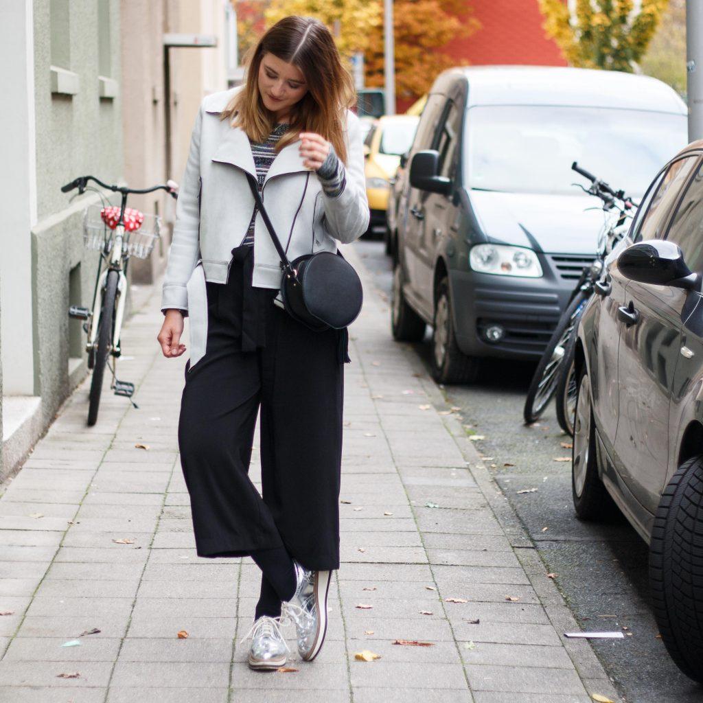 geburtstagsoutfit-birthday-look-brunch-classic-schwarze-pumps-fashion-blogger-fashionblogger-fashionblog-modeblog-outfit-inspo-streetsyle-zara-mango-boots-mom-jeans-denim-15