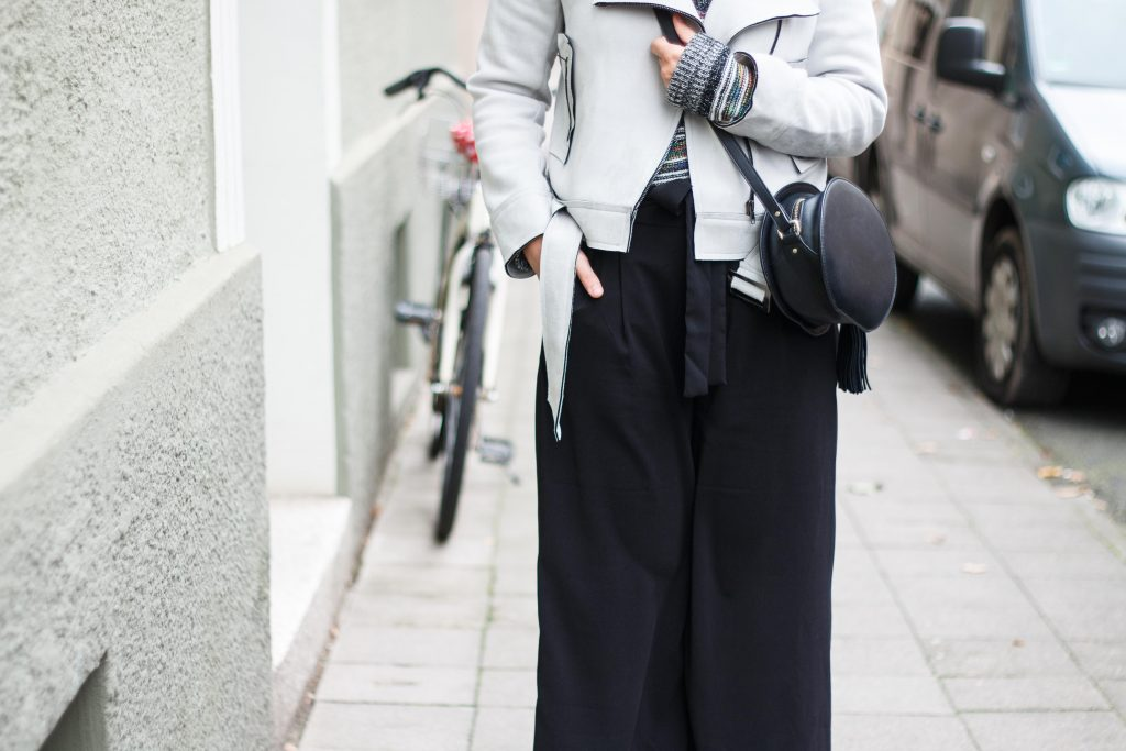 geburtstagsoutfit-birthday-look-brunch-classic-schwarze-pumps-fashion-blogger-fashionblogger-fashionblog-modeblog-outfit-inspo-streetsyle-zara-mango-boots-mom-jeans-denim-9